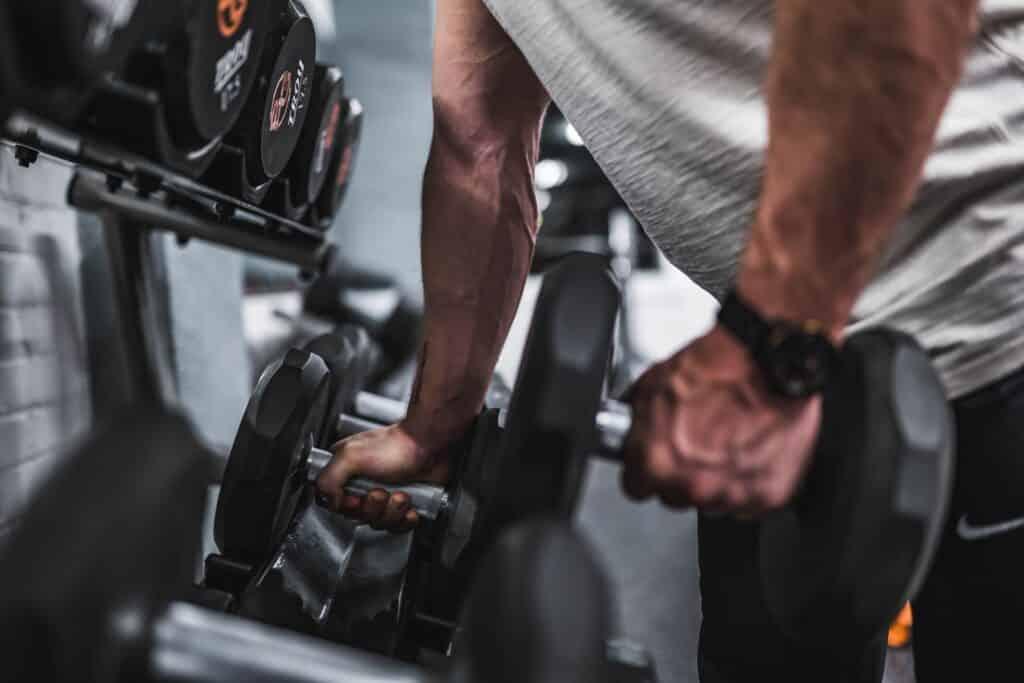 anilhas para treino de força mostrando diferença entre massa magra e massa muscular
