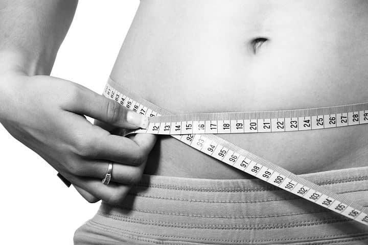 moça medindo percentual de massa gorda