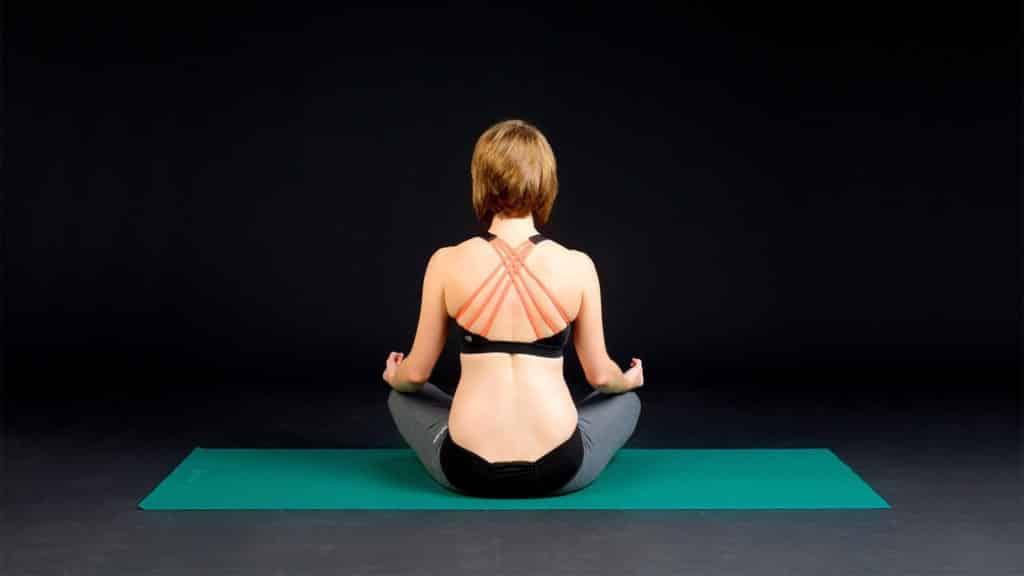 mulher praticando princípios do pilates