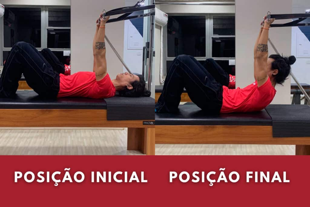 Professor mostra exercício de pilates para abdômen