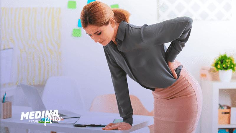 mulher sofrendo consequências do sedentarismo