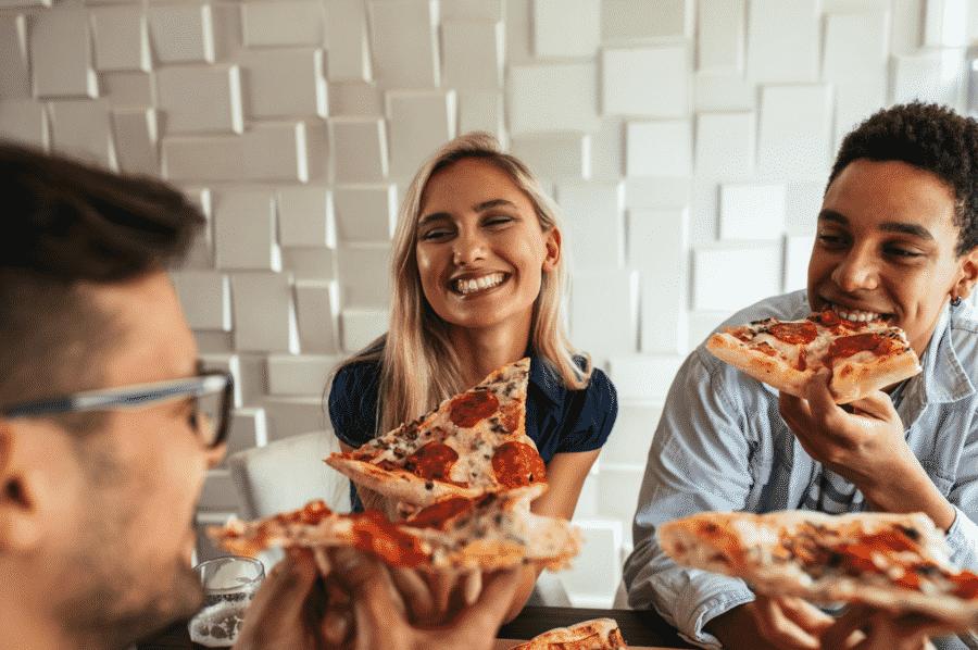 amigos compartilhando pizza