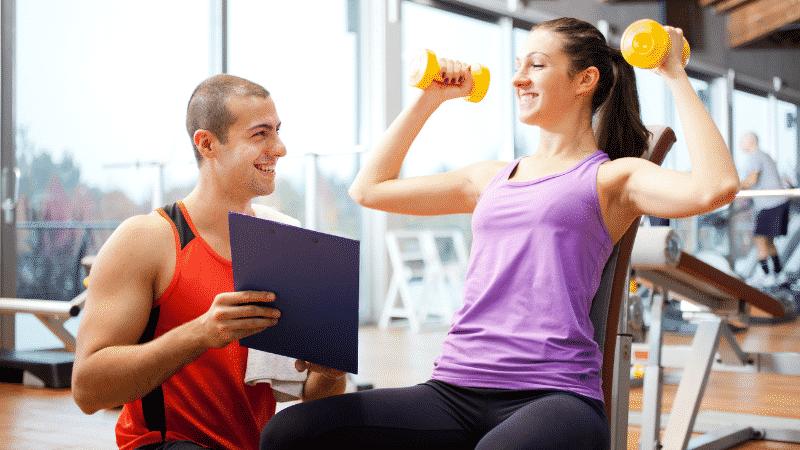 personal instruindo exercício para emagrecer