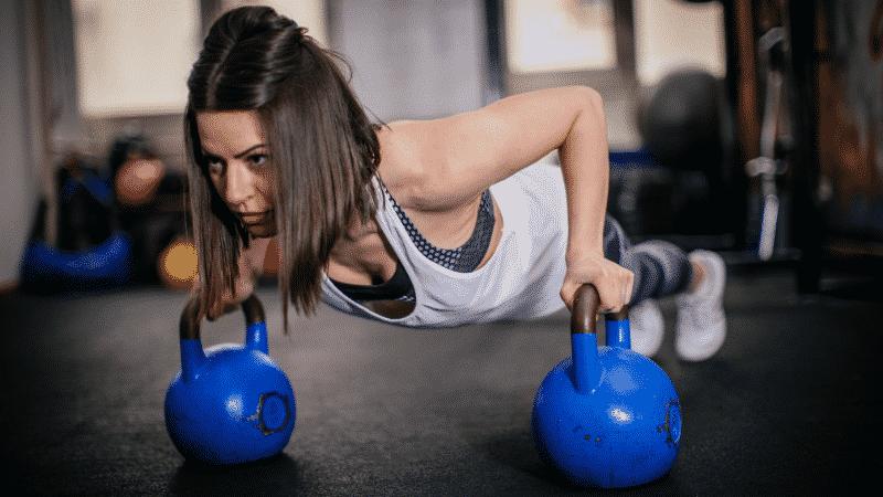 mulher treinando funcional com ketllebell