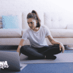 moça com personal trainer online